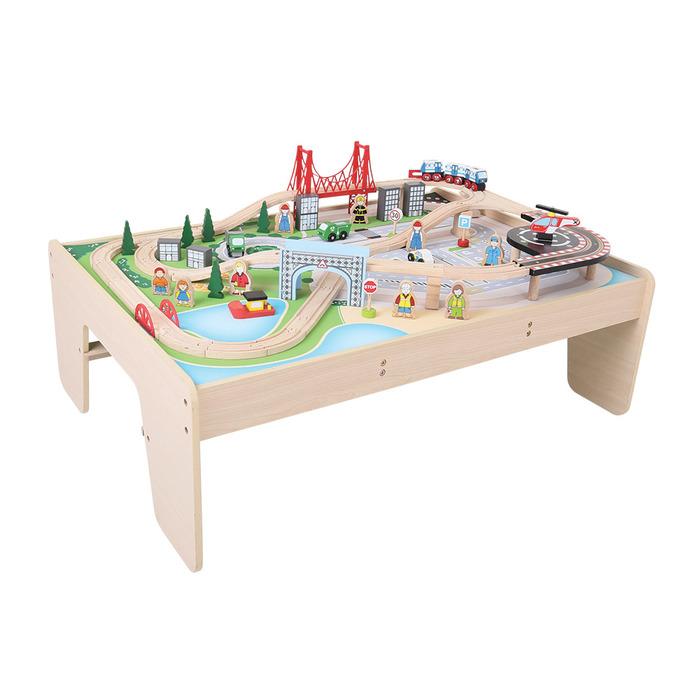 Dřevěná vláčkodráha se stolem