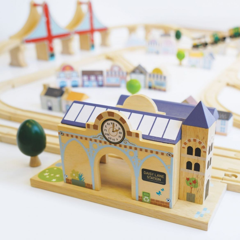 le-toy-van-royal-express-wooden-train-set-494331.jpg